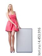 Купить «Девушка в розовом платье с пустым плакатом», фото № 4453916, снято 22 июня 2012 г. (c) Elnur / Фотобанк Лори