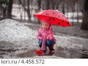 Купить «Маленькая девочка под зонтиком пускает бумажные кораблики в весенних ручьях», фото № 4458572, снято 21 мая 2018 г. (c) Елена Ефимова / Фотобанк Лори