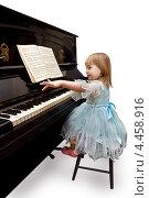Девочка на белом фоне играет на фортепьяно. Стоковое фото, фотограф Мария Сударикова / Фотобанк Лори