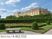Купить «Площадь дворца Шёнбрунн и цветущие цветы на лужайке. Вена, Австрия», фото № 4462532, снято 27 мая 2012 г. (c) Юрий Брыкайло / Фотобанк Лори