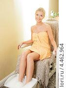 Купить «Красивая девушка принимает ванночку для ног на сеансе педикюра в салоне красоты», фото № 4462964, снято 9 июня 2012 г. (c) Syda Productions / Фотобанк Лори