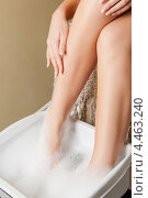 Купить «Красивая девушка принимает ванночку для ног на сеансе педикюра в салоне красоты», фото № 4463240, снято 9 июня 2012 г. (c) Syda Productions / Фотобанк Лори