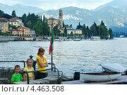 Купить «Семья любуется видом на озере Комо, Италия», фото № 4463508, снято 14 июня 2012 г. (c) Юрий Брыкайло / Фотобанк Лори