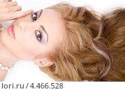 Купить «Красивая девушка с волнистыми волосами и жемчужным ожерельем лежит на белом фоне», фото № 4466528, снято 20 сентября 2008 г. (c) Syda Productions / Фотобанк Лори