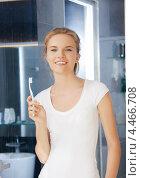 Купить «Красивая юная девушка чистит зубы в ванной комнате», фото № 4466708, снято 3 июля 2012 г. (c) Syda Productions / Фотобанк Лори