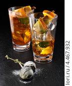 Купить «Зимний коктейль на основе бренди с фруктами», фото № 4467932, снято 21 октября 2018 г. (c) Food And Drink Photos / Фотобанк Лори