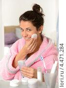 Купить «Улыбающаяся девушка протирает лицо ватным диском с тоником», фото № 4471284, снято 8 октября 2012 г. (c) CandyBox Images / Фотобанк Лори