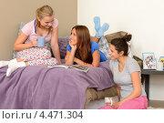 Молодые девушки разговаривают в спальне. Стоковое фото, фотограф CandyBox Images / Фотобанк Лори