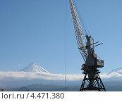 Кран на фоне вулкана (2005 год). Редакционное фото, фотограф Денис Васильев / Фотобанк Лори