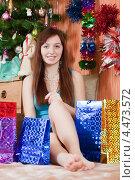 Купить «Девушка с новогодними подарками дома», фото № 4473572, снято 5 января 2011 г. (c) Яков Филимонов / Фотобанк Лори