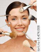 Визажисты наносят макияж на лицо девушки кистями. Стоковое фото, фотограф Syda Productions / Фотобанк Лори