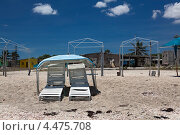 Пустые шезлонги на тропическом пляже (2012 год). Стоковое фото, фотограф Кравченко Юлия / Фотобанк Лори