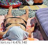 Купить «Женщина лежит, загорая на пляже», фото № 4476140, снято 10 августа 2012 г. (c) Несинов Олег / Фотобанк Лори