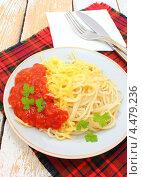Купить «Спагетти с томатным соусом с хреном и тертым сыром», эксклюзивное фото № 4479236, снято 6 апреля 2013 г. (c) Наталья Осипова / Фотобанк Лори