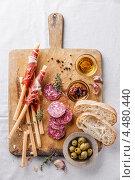 Купить «Закуска: чиабатта, маслины, хамон, хлебные палочки», фото № 4480440, снято 3 апреля 2013 г. (c) Лисовская Наталья / Фотобанк Лори