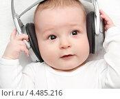 Малыш слушает в наушниках музыку. Стоковое фото, фотограф Nikolay Kostochka / Фотобанк Лори