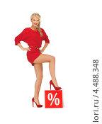 Купить «Очаровательная молодая блондинка в красном коротком платье со знаком скидки во время распродажи», фото № 4488348, снято 7 октября 2012 г. (c) Syda Productions / Фотобанк Лори