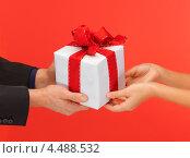 Купить «Молодой влюбленный человек дарит подарок любимой девушке», фото № 4488532, снято 7 октября 2012 г. (c) Syda Productions / Фотобанк Лори