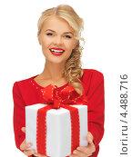 Купить «Упакованный в коробку подарок в женских руках», фото № 4488716, снято 7 октября 2012 г. (c) Syda Productions / Фотобанк Лори