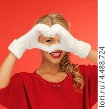 Купить «Красивая молодая блондинка сложила пальцы в форме сердца на груди», фото № 4488724, снято 7 октября 2012 г. (c) Syda Productions / Фотобанк Лори