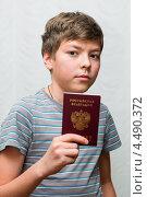 Купить «Получение паспорта. Мальчик-подросток с российским паспортом в руках», эксклюзивное фото № 4490372, снято 7 апреля 2013 г. (c) Игорь Низов / Фотобанк Лори