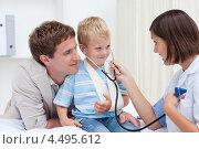 Купить «Мужчина привел своего сына на прием к педиатру», фото № 4495612, снято 24 октября 2009 г. (c) Wavebreak Media / Фотобанк Лори