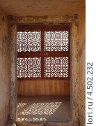 Окно с решеткой в виде орнамента (2012 год). Стоковое фото, фотограф Михаил Коханчиков / Фотобанк Лори