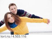 Портрет игривой пары в трикотажных свитерах на свежем воздухе. Стоковое фото, фотограф Елена Ефимова / Фотобанк Лори