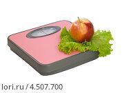 Купить «Яблоко и салат на напольных весах», фото № 4507700, снято 13 апреля 2013 г. (c) Инна Грязнова / Фотобанк Лори