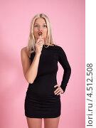 Блондинка с леденцом на розовом фоне. Стоковое фото, фотограф Игорь Долгов / Фотобанк Лори