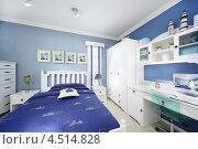 Купить «Синяя спальня для мальчика с белым шкафом и компьютерным столом», фото № 4514828, снято 21 ноября 2011 г. (c) Losevsky Pavel / Фотобанк Лори