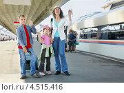 Купить «Женщина с двумя детьми на железнодорожном вокзале», фото № 4515416, снято 19 июля 2011 г. (c) Losevsky Pavel / Фотобанк Лори