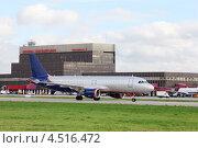Купить «Пассажирский самолет в аэропорту Шереметьево, Москва», фото № 4516472, снято 22 сентября 2011 г. (c) Losevsky Pavel / Фотобанк Лори