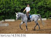 Купить «Жокей в очках и белой рубашке  едет на лошади на ипподроме», фото № 4516516, снято 10 июня 2011 г. (c) Losevsky Pavel / Фотобанк Лори