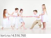 Купить «Пятеро детей перетягивают розовую веревку», фото № 4516760, снято 29 февраля 2012 г. (c) Losevsky Pavel / Фотобанк Лори