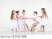 Купить «Пятеро детей перетягивают розовую веревку», фото № 4516768, снято 29 февраля 2012 г. (c) Losevsky Pavel / Фотобанк Лори
