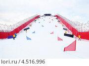 Купить «Искусственный спуск (50 метров) для соревнований Кубка мира по сноуборду в СК Лужники,  марта 2012 года в Москве, Россия», фото № 4516996, снято 3 марта 2012 г. (c) Losevsky Pavel / Фотобанк Лори