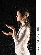 Купить «Молодая стройная женщина в белом под дождём на чёрном фоне», фото № 4517380, снято 10 ноября 2011 г. (c) Losevsky Pavel / Фотобанк Лори