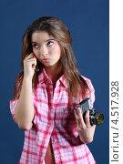 Купить «Задумчивая девушка с ретрофотоаппаратом на синем фоне», фото № 4517928, снято 12 ноября 2011 г. (c) Losevsky Pavel / Фотобанк Лори