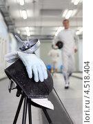 Купить «Маска, перчатки и рапира на фоне идущего фехтовальщика», фото № 4518404, снято 6 августа 2011 г. (c) Losevsky Pavel / Фотобанк Лори