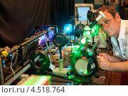 Купить «Ученый проводит исследования в лазерной экспериментальной лаборатории», фото № 4518764, снято 8 июля 2011 г. (c) Losevsky Pavel / Фотобанк Лори
