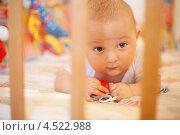 Купить «Малыш лежит в детской кроватке», фото № 4522988, снято 8 июля 2011 г. (c) Losevsky Pavel / Фотобанк Лори