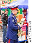 Купить «Казачий атаман с цветами», эксклюзивное фото № 4523120, снято 9 мая 2012 г. (c) Алёшина Оксана / Фотобанк Лори