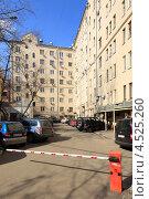 Купить «Москва, внутренний двор здания на Земляном валу», эксклюзивное фото № 4525260, снято 16 апреля 2013 г. (c) Дмитрий Неумоин / Фотобанк Лори