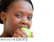 Купить «Темнокожая девушка ест зеленое яблоко», фото № 4526972, снято 18 марта 2010 г. (c) Wavebreak Media / Фотобанк Лори