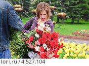 Купить «Внучка ветерана с цветами в День Победы 9 мая», эксклюзивное фото № 4527104, снято 9 мая 2012 г. (c) Алёшина Оксана / Фотобанк Лори