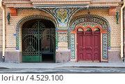Купить «Парадный вход в старинный дом», эксклюзивное фото № 4529100, снято 28 июля 2012 г. (c) Юлия Бабкина / Фотобанк Лори