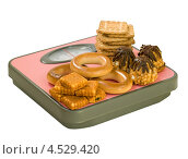 Купить «Пирожное и печенье на напольных весах», фото № 4529420, снято 13 апреля 2013 г. (c) Инна Грязнова / Фотобанк Лори