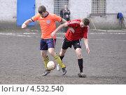 Футболисты с мячом. Борьба (2013 год). Редакционное фото, фотограф Дмитрий Розкин / Фотобанк Лори