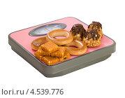 Купить «Пирожное и печенье на напольных весах», фото № 4539776, снято 13 апреля 2013 г. (c) Инна Грязнова / Фотобанк Лори